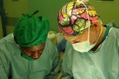 Il-dott.-Kalanzi-e-il-dott.-Gandini-in-sala-operatoria-in-Uganda